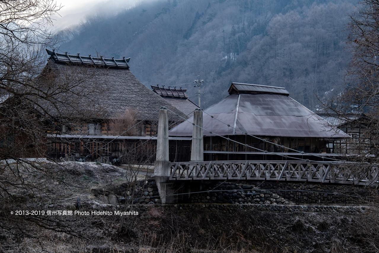 大出の吊橋と古民家