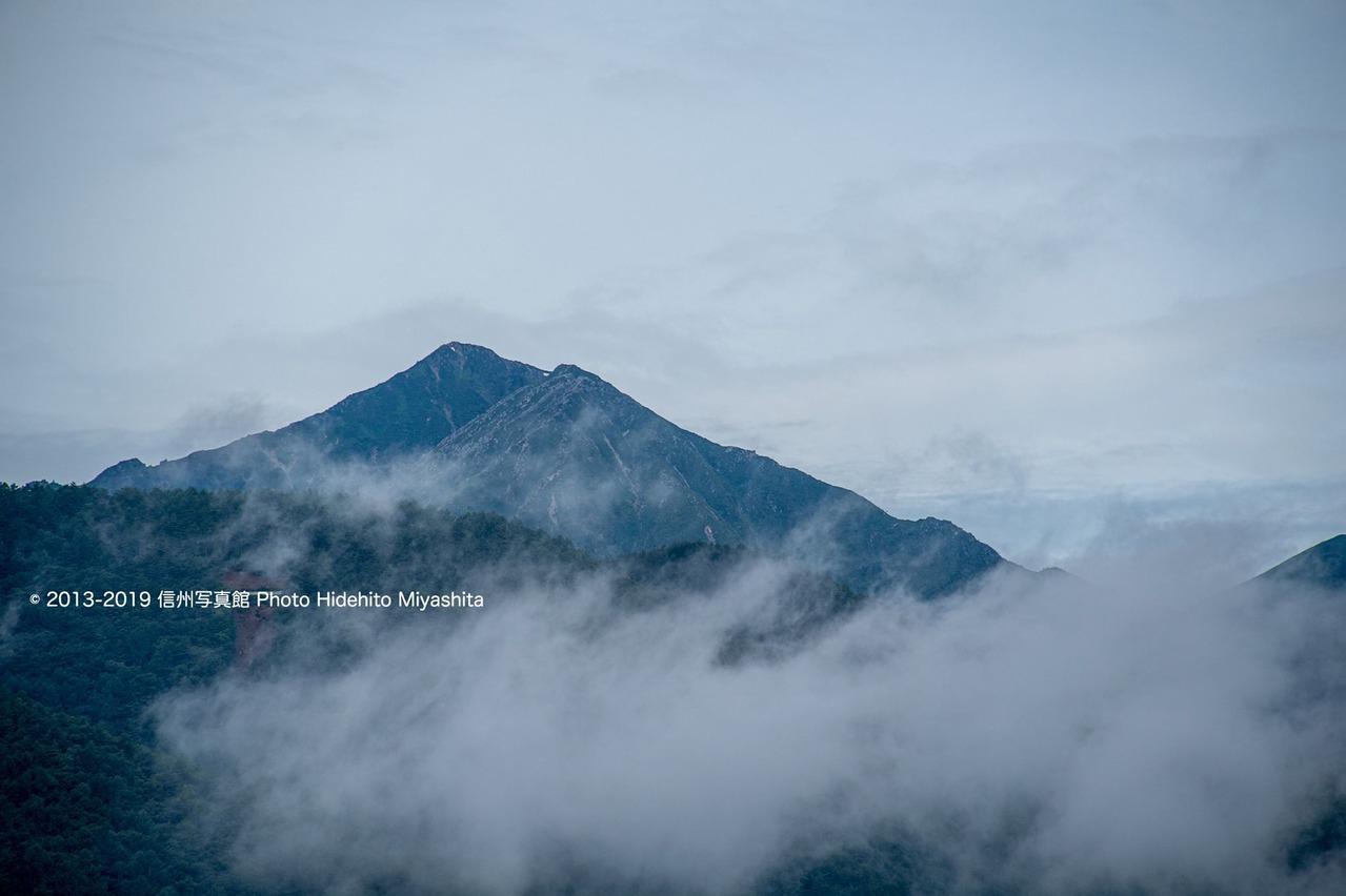 雲越しの常念岳