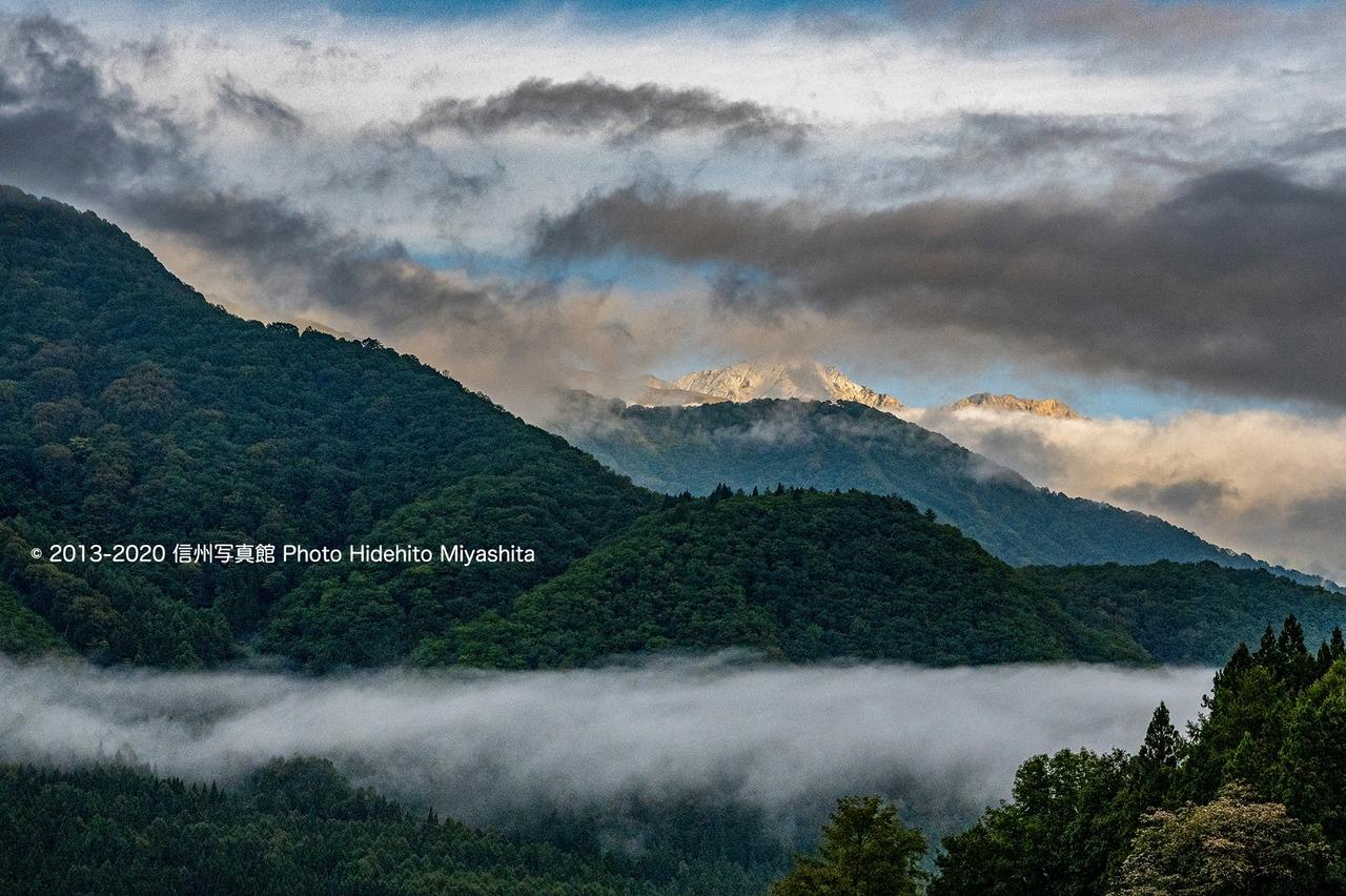 雲間から望む白馬鑓と杓子