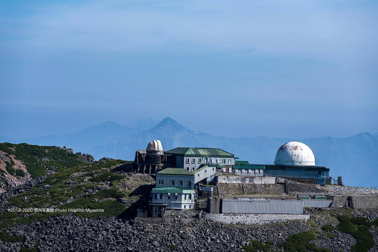 コロナ観測所越しの笠ヶ岳