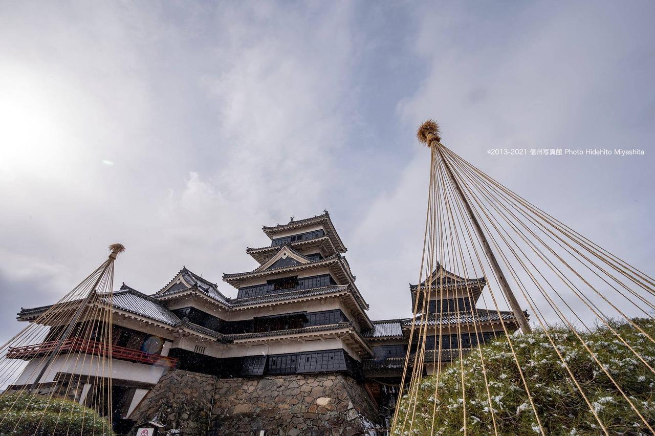 雪吊りと松本城