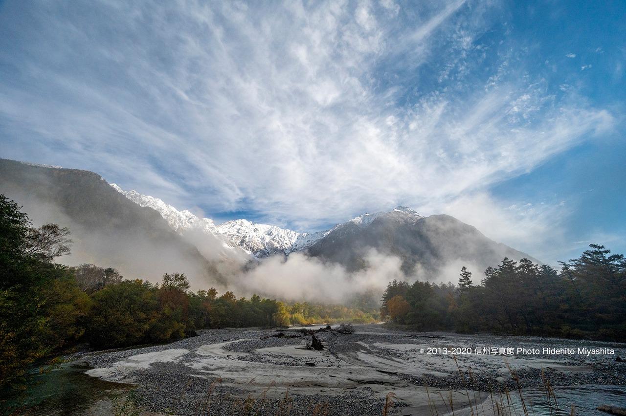 雲沸く初冠雪の穂高連峰