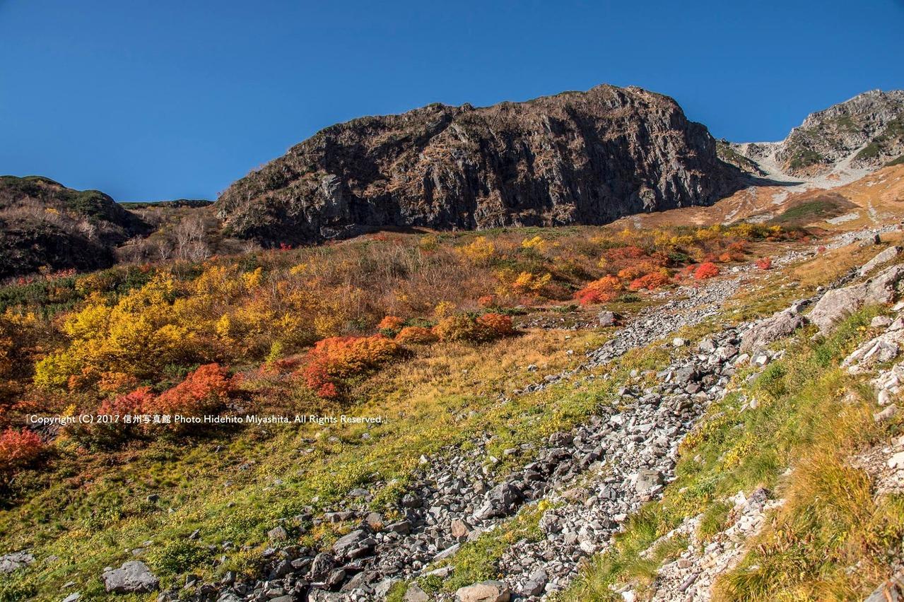 ツバメ岩と紅葉