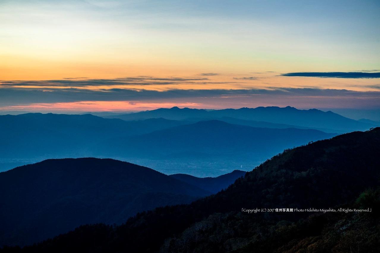 朝焼けの空と八ヶ岳