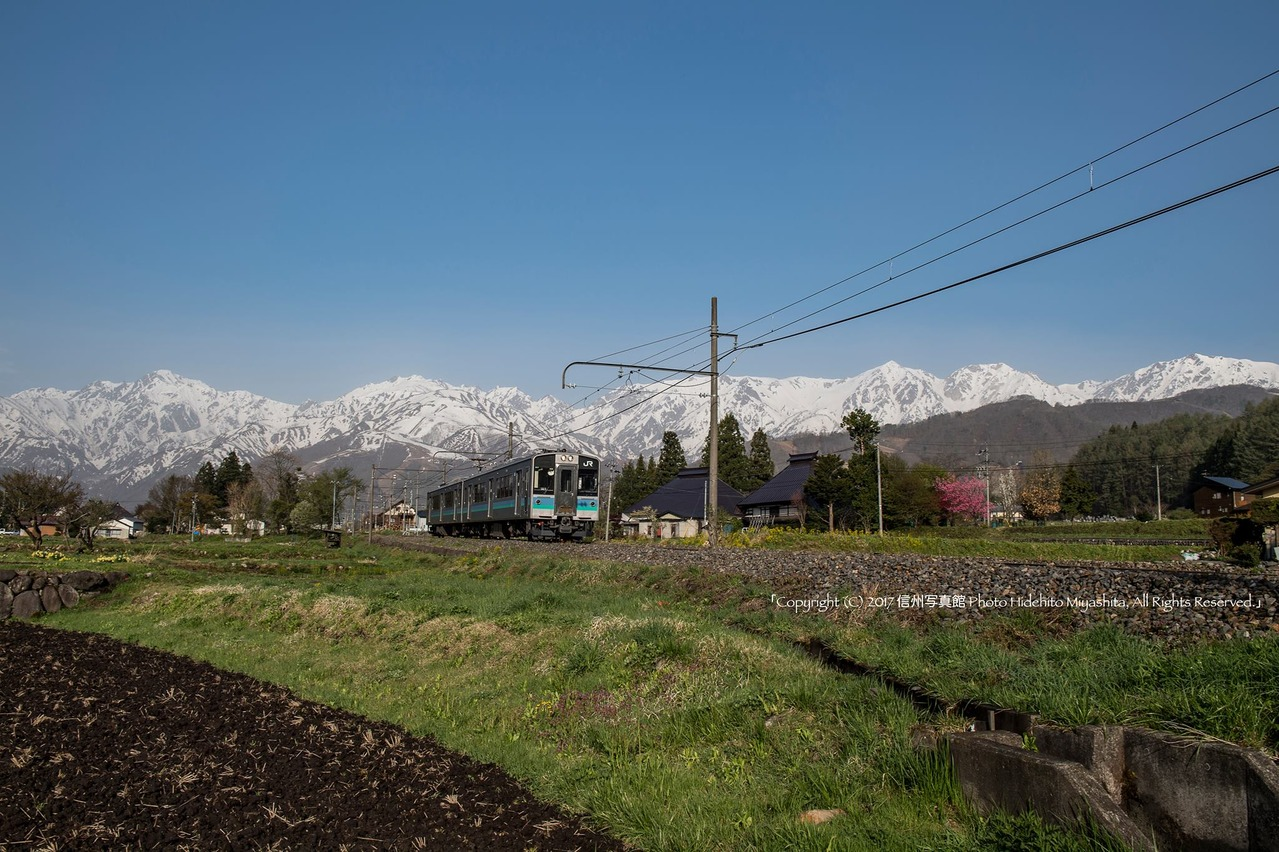 残雪の峰々と大糸線