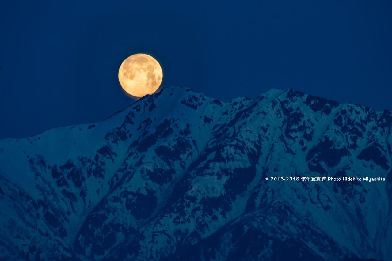 爺ヶ岳に沈む月