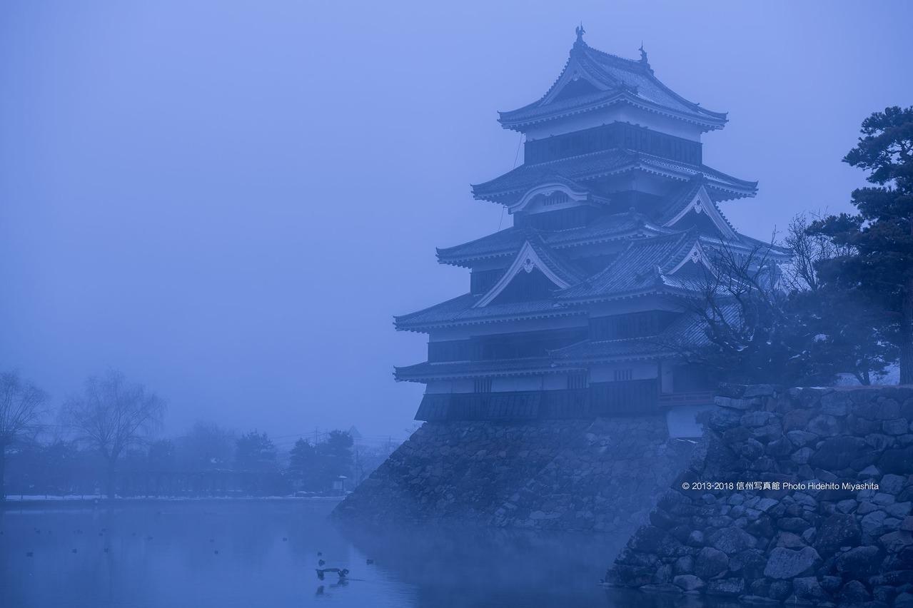 霧の松本城