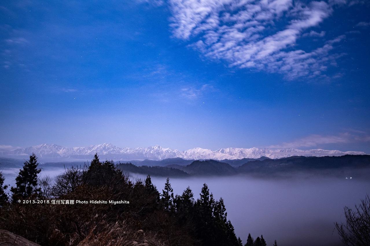 雲海と深夜の後立山連峰