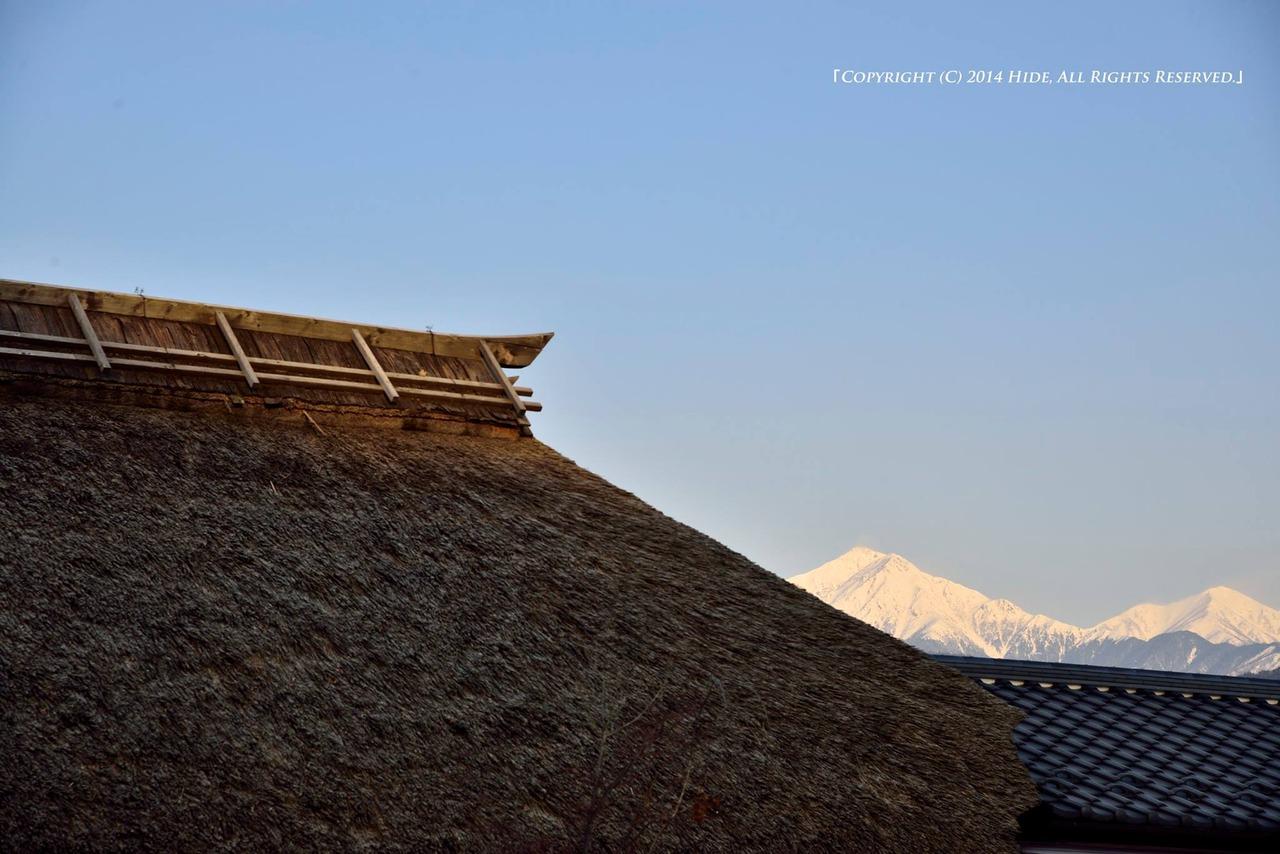 茅葺き屋根と常念岳