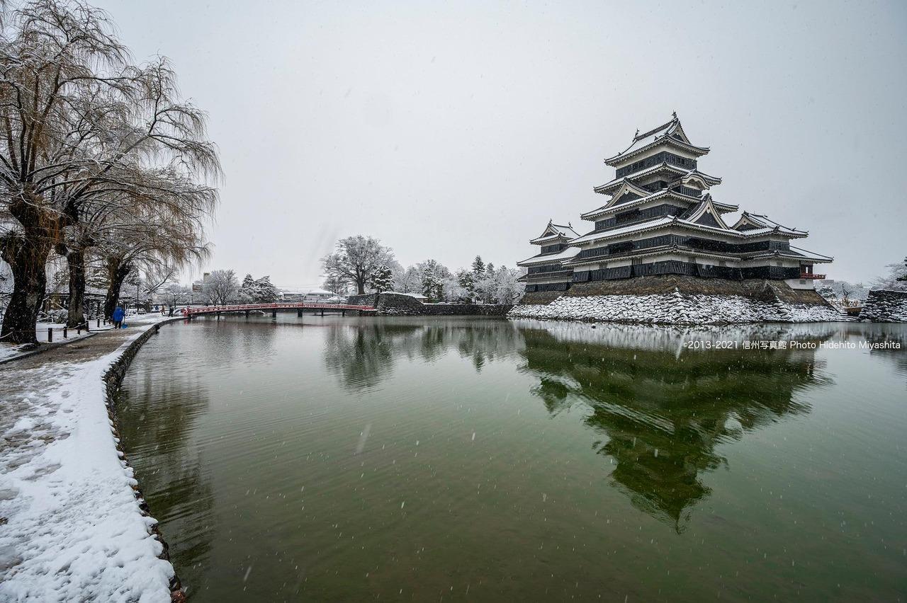 雪降る松本城
