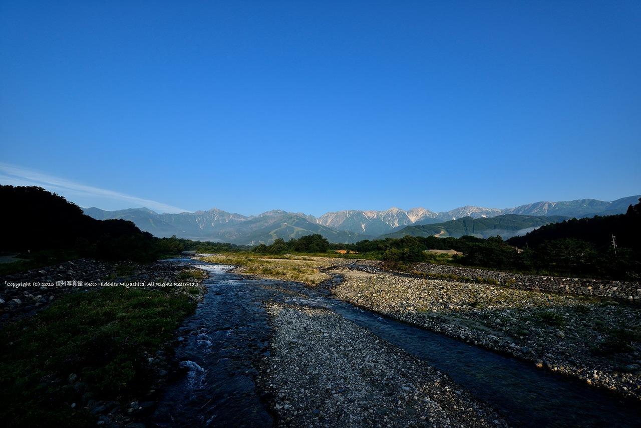 後立山連峰と清流