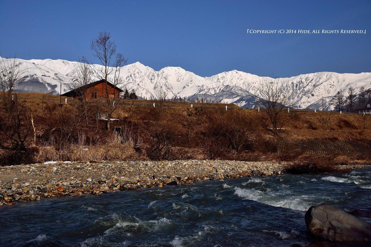 雪融けの流れと白馬三山