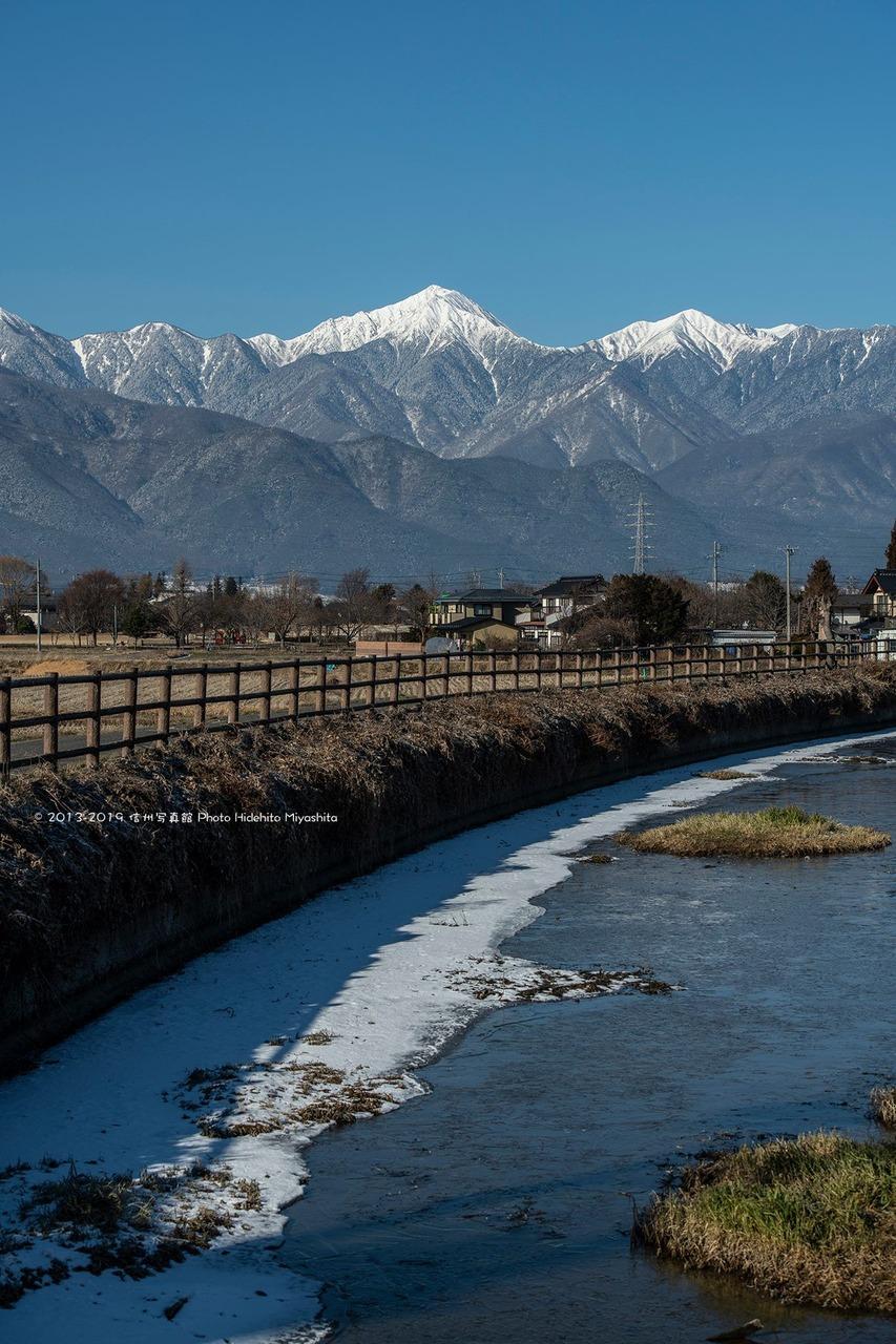 冬の拾ヶ堰と常念岳