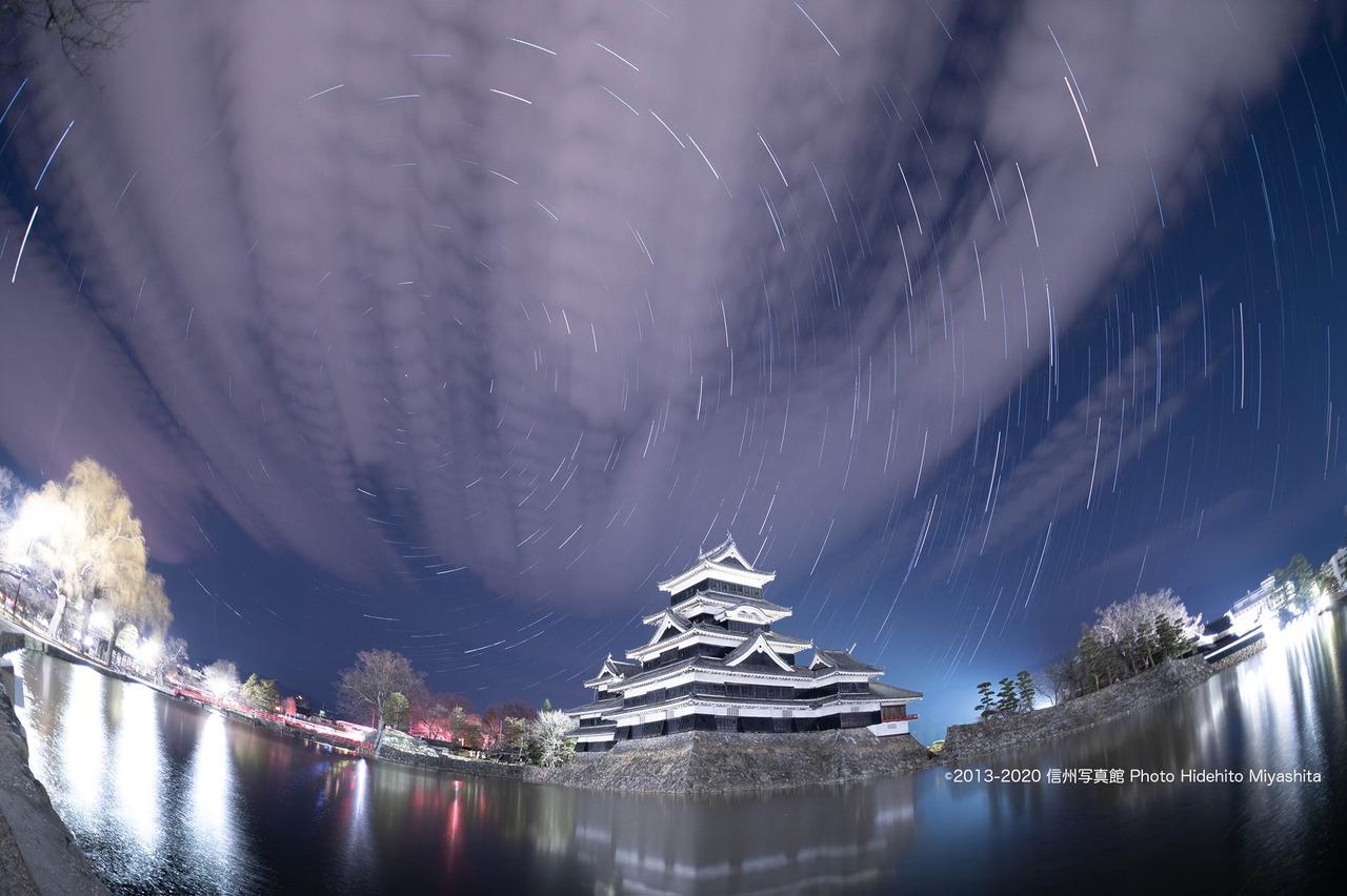 雲流れる夜の松本城