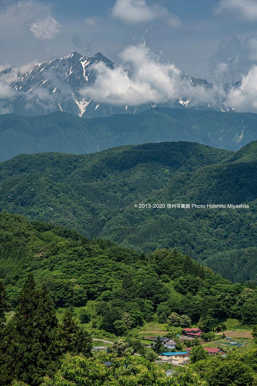 鹿島槍を望む里山の風景
