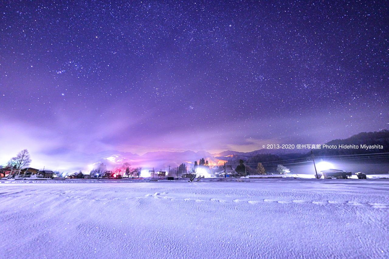 冬の星座と白い白馬の夜