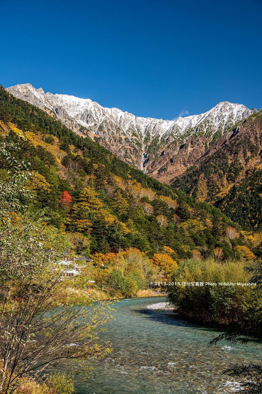 初冠雪と黄葉の上高地