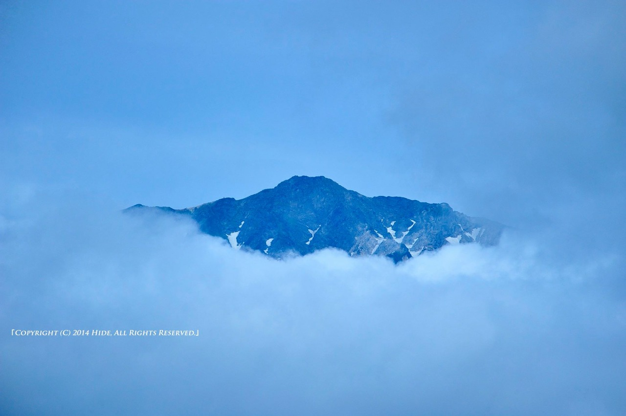 雲間に浮かぶ白馬岳