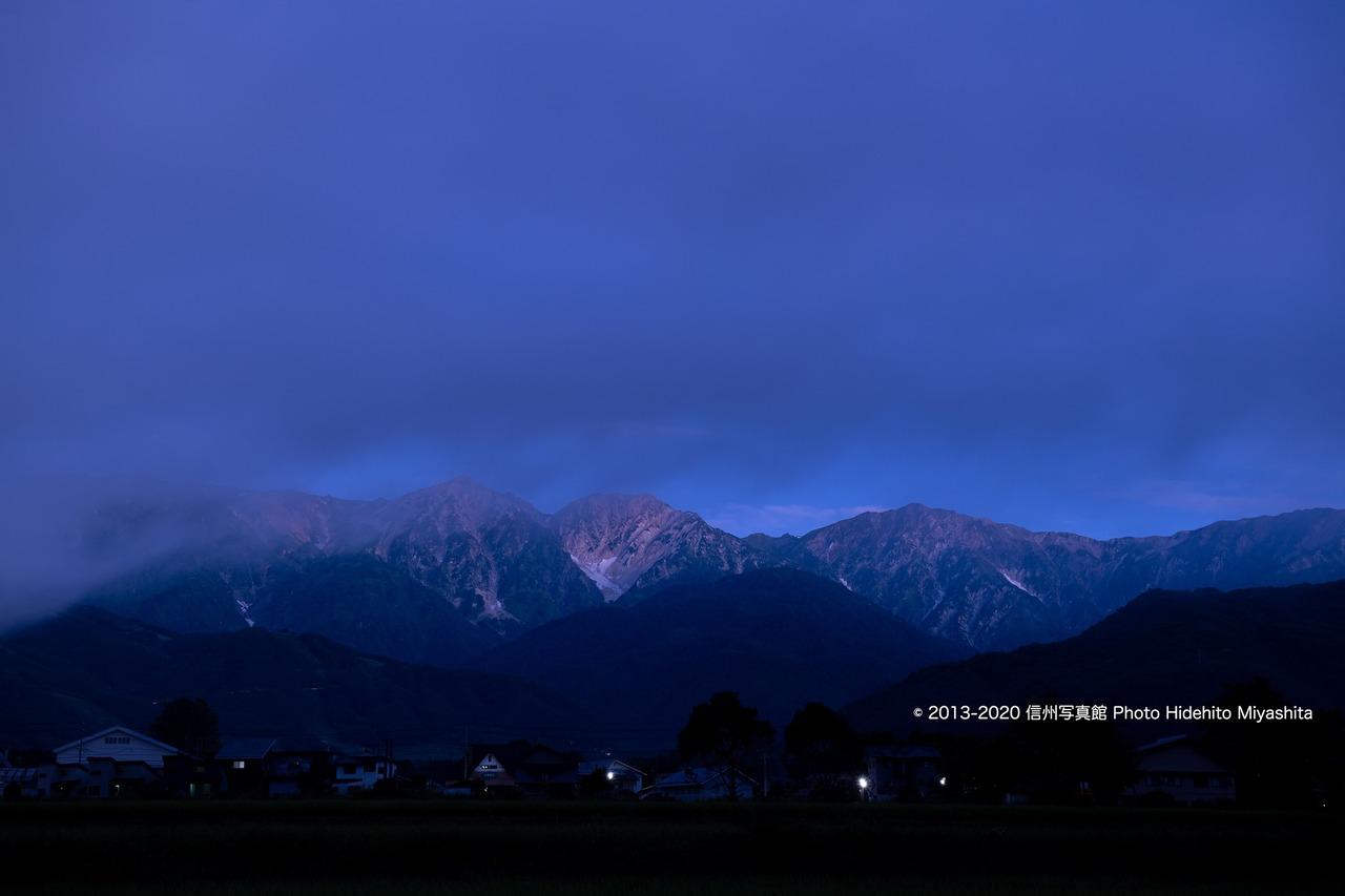 夜明け前の色