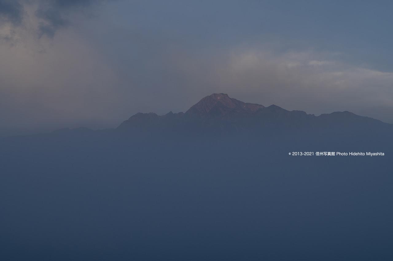 霞む朝の五竜岳20210912-DSC_9464