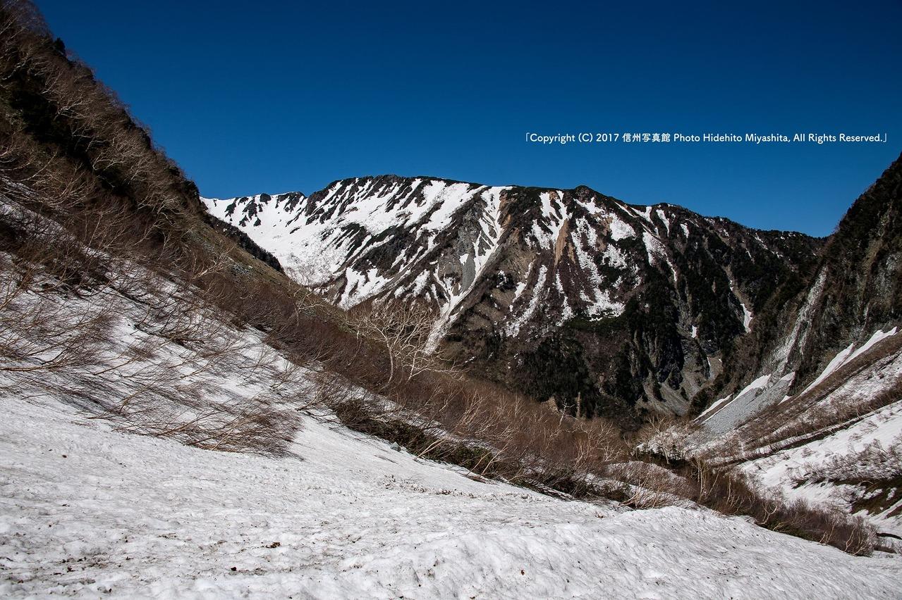 雪の登山道を振り返り