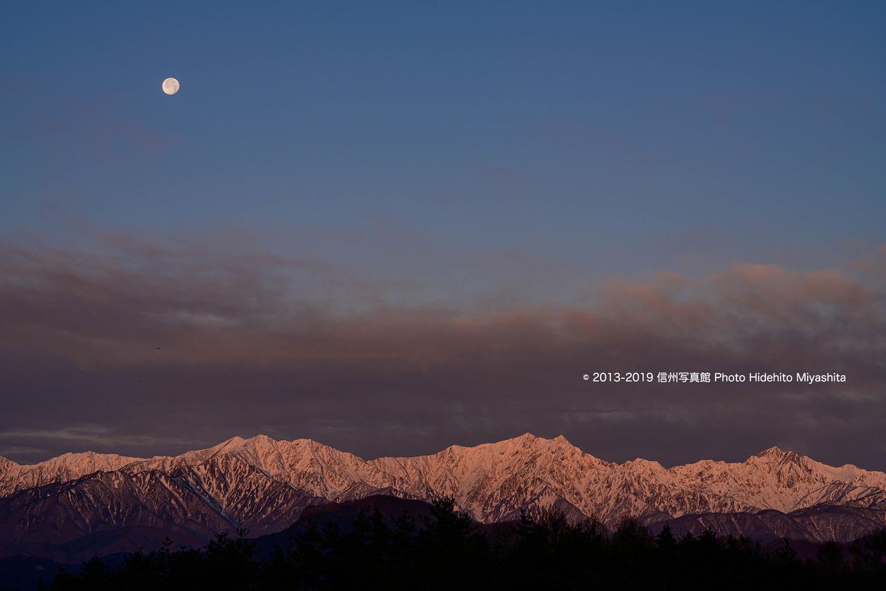 沈む月とモルゲンロートの仁科三山_20191214-_DSC4259