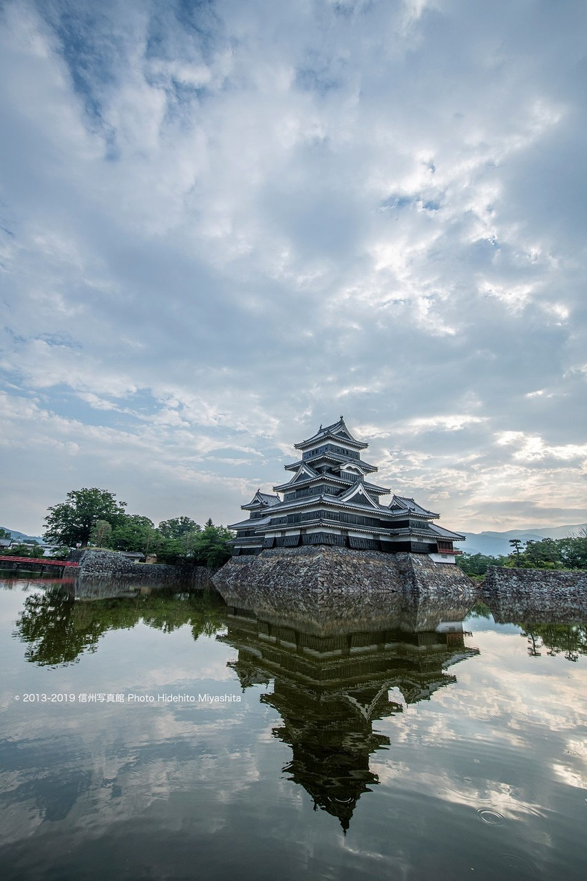 梅雨空の松本城