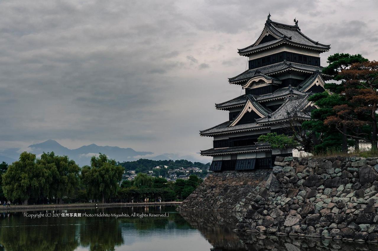 曇天の松本城