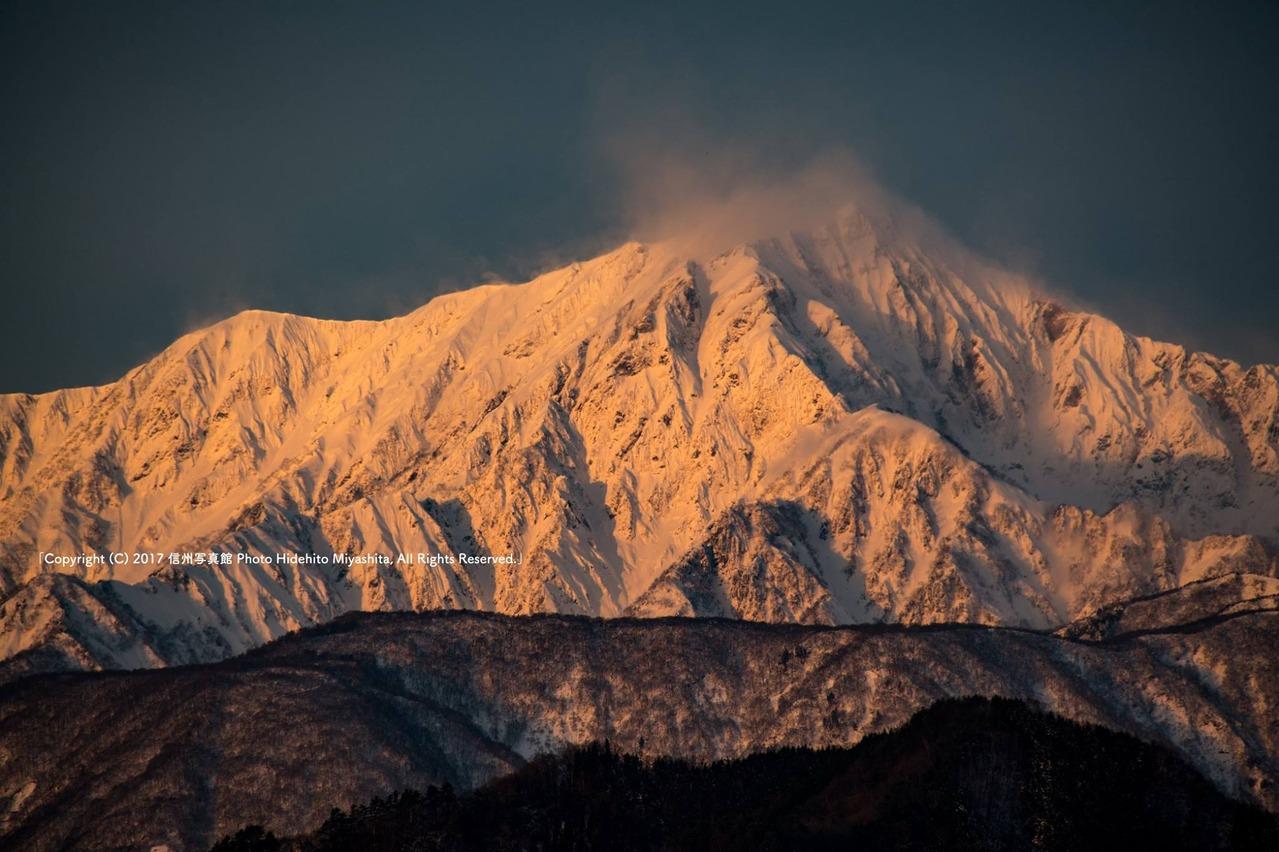 雪煙上がる鹿島槍ヶ岳