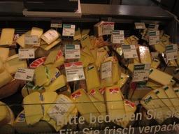 スーパーのチーズ売り場