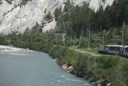 川沿いを走る氷河特急