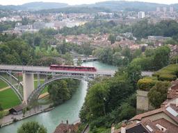 橋を渡るトラム