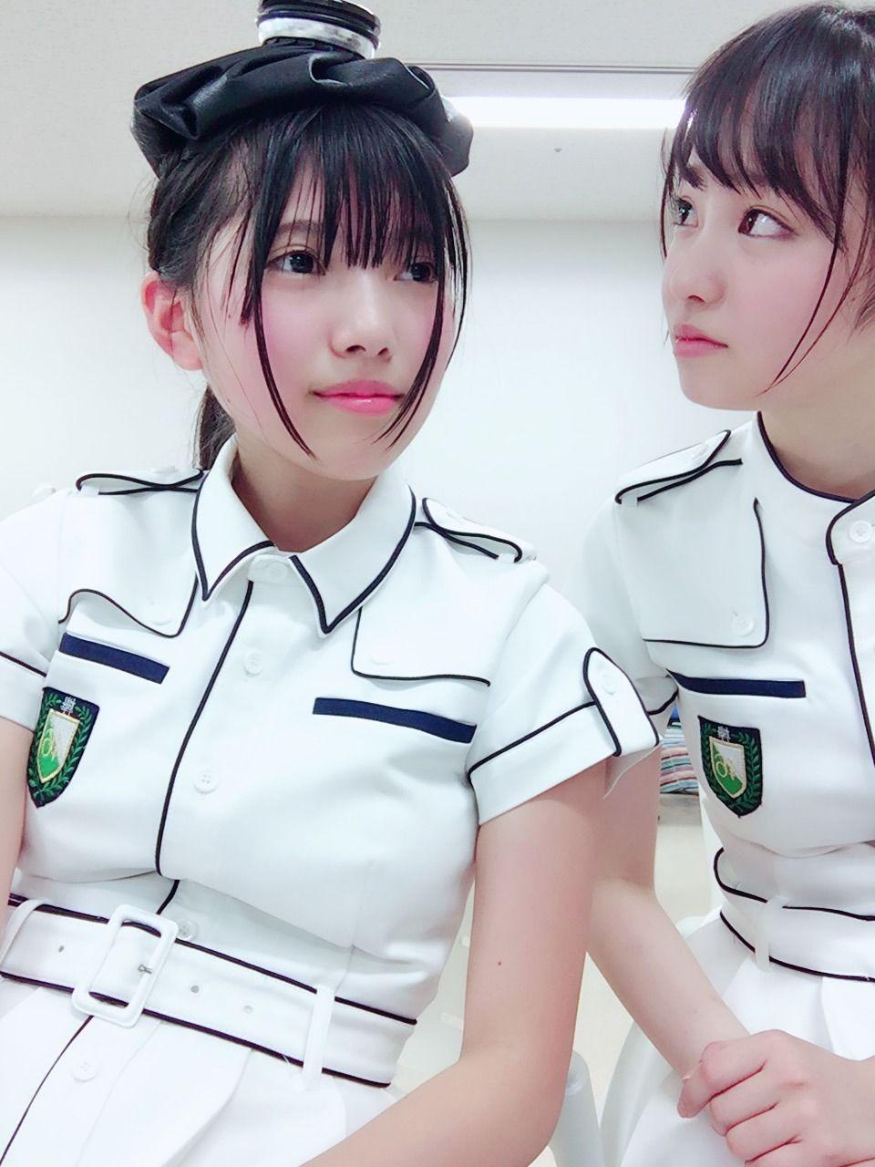 制服姿の上村莉菜さん