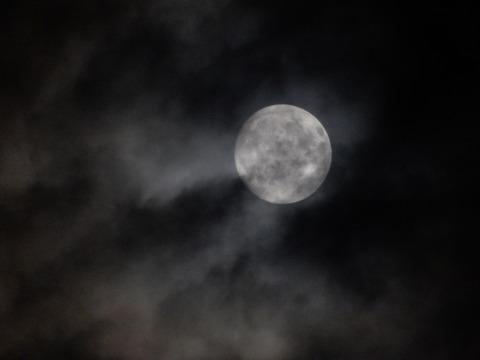 曇り空の満月
