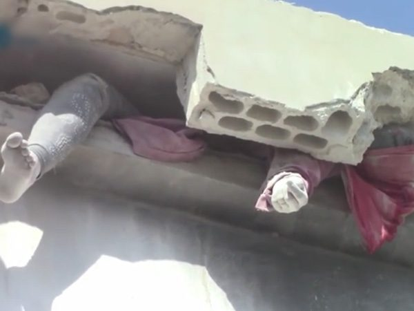 【閲覧注意】空爆で崩落した屋根の下にいた女性は・・・(動画)