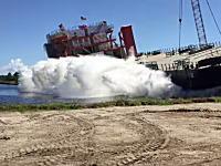 見学場所の設定ミスwww貨物船の進水式で観客大パニックなハプニング映像。