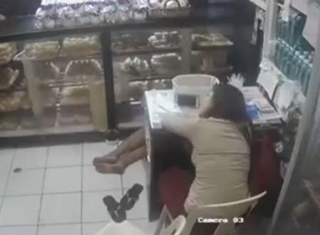 ちょっと居眠りしてる間にカバンを盗まれたベーカリーショップの監視カメラ。