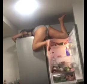 酔っ払った女の子が冷蔵庫の上から転落