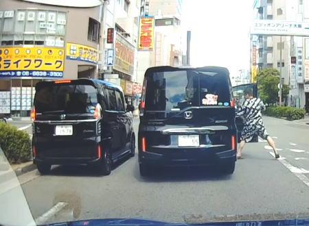 武器は警棒?ホンダ兄弟の争いでフロントガラスを割られてしまうNBOXの映像。大阪。