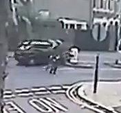 道を横断中のグループに車が突っ込み撥ね飛ばす