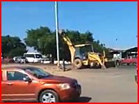安全対策ゼロ。なんという雑な作業(°_°)街灯ポール撤去失敗で通行中の車を直撃してしまう事故。