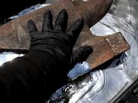 水銀をたっぷり入れた桶に重たい金床を沈めるとどうなるのか。こうなります動画。