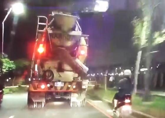 ミキサー車の真横をすり抜けしようとしたスクーター女性、転倒して頭を踏まれて死亡。