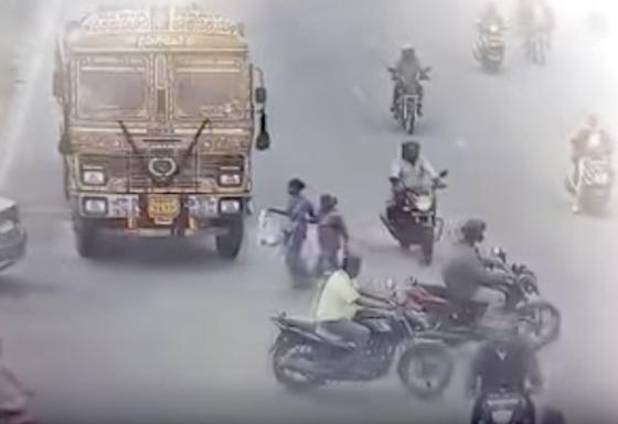 【閲覧注意】トラックに轢かれて頭の中身がでた事故。