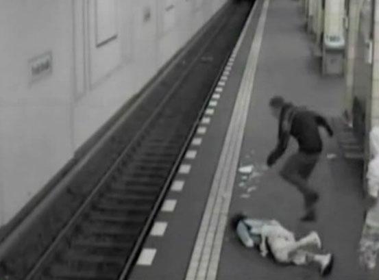 【衝撃動画】地下鉄ホームでフルボッコで死亡する瞬間をとらえた防犯カメラ映像!!(動画1本)