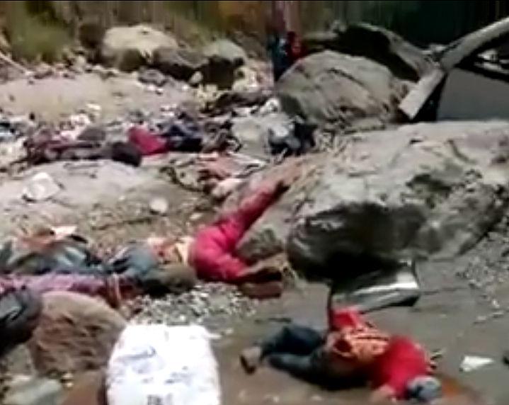崖からバスが転落した事故現場映像、バスが大破し大勢の死体が…