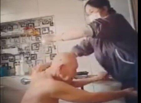 介護士のアソコを触り続ける、とんでもないスケベ爺さんが盗撮され世界に晒されるww