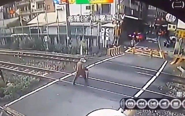 【動画】 ギリギリで電車に轢かれなかったお婆さんの映像。怖すぎ!!