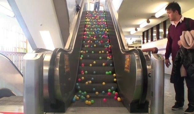 あら綺麗。エスカレーターにカラフルなゴムボールを大量に落としてみた!