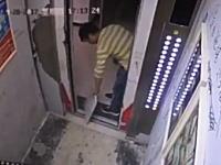 おバカな中国。エレベーターの開延長をしようとして破壊してしまった男。